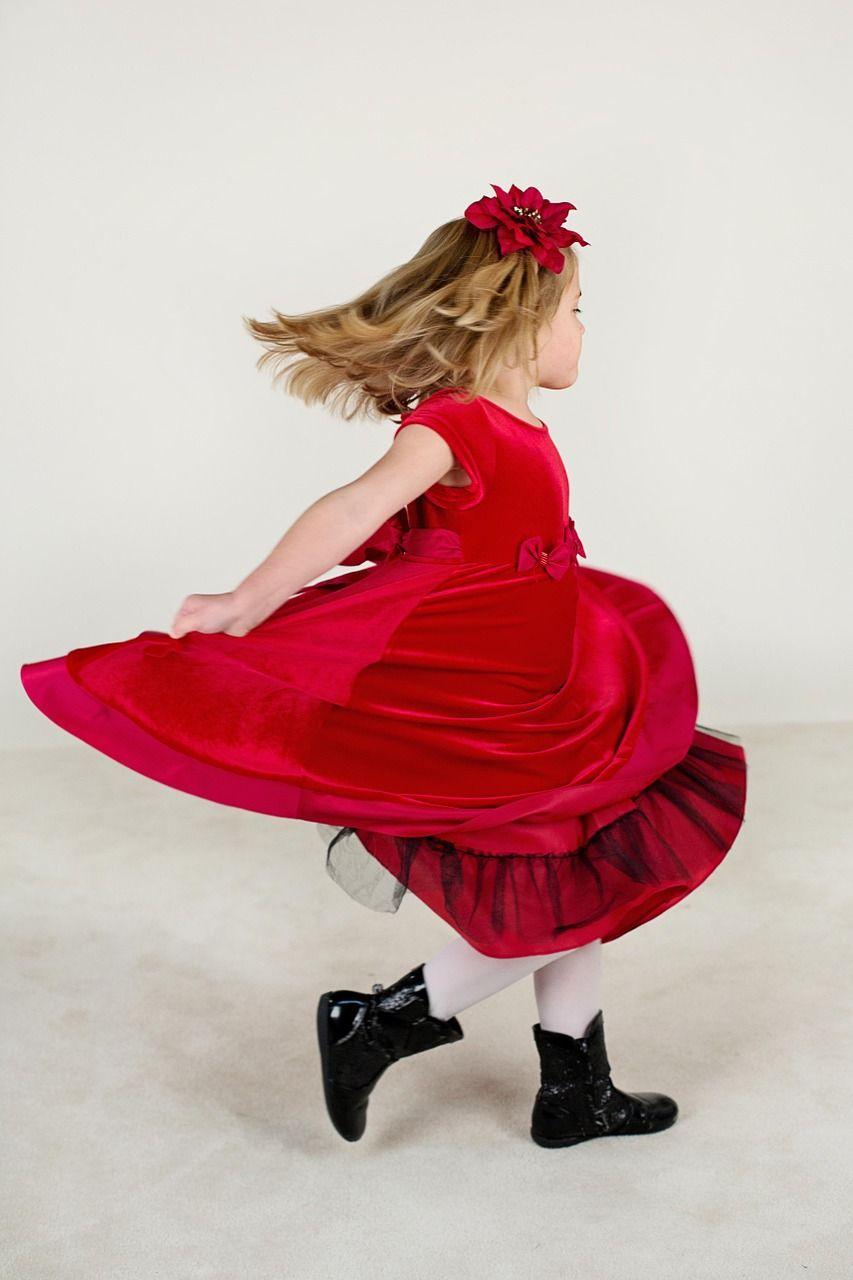 kleines mädchen, laufen, rotes kleid