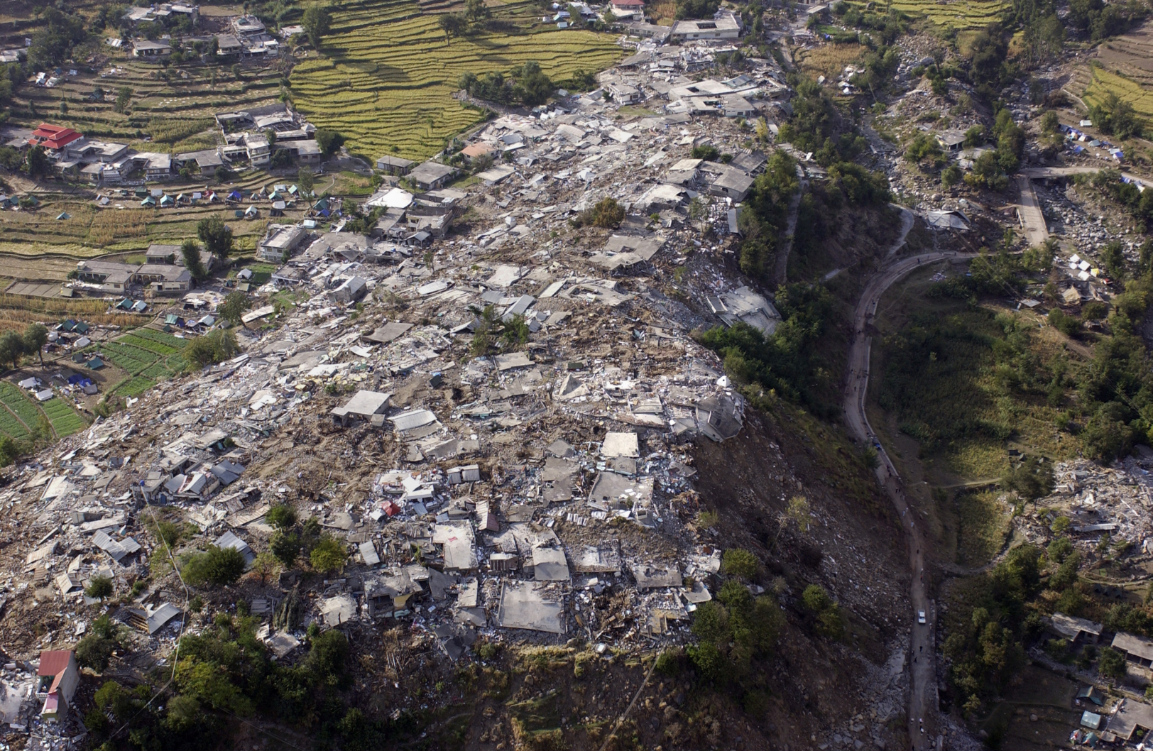 Zerstörte Häuser nach einem Beben (Balakot, Indien)