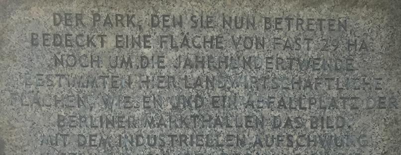 """Portal zum Volkspark Prenzlauerberg.  Wie andere """"Berge"""" auch ist auch der Prenzlauerberg ein begrünter Bauschuttberg, entstanden nach 1945."""